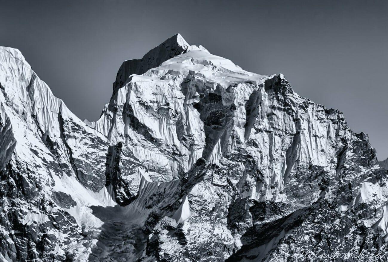 Ребристая гора в снегу и тенях