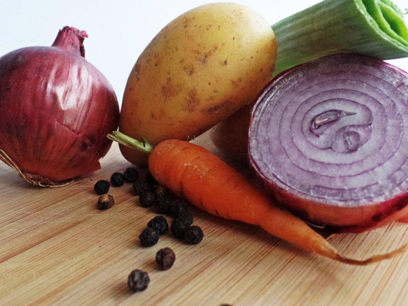 Овощи для похода лук, картофель, морковь
