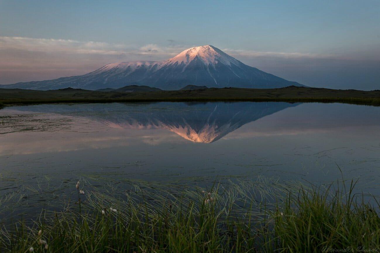Озеро на фоне вулкана