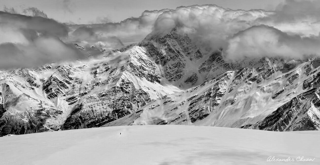 Облака над вершинами горного хребта