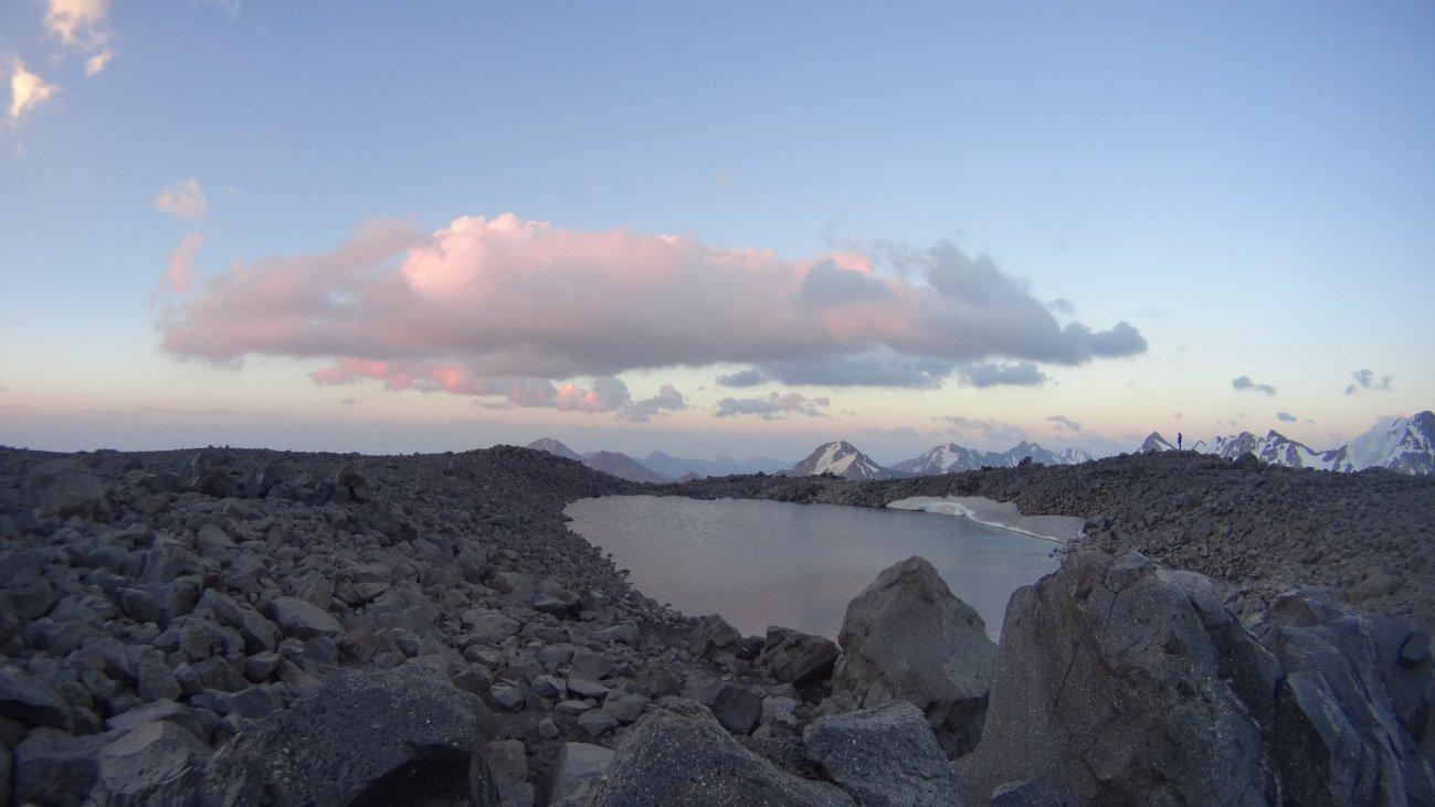 Высокогорное озеро с каменными берегами