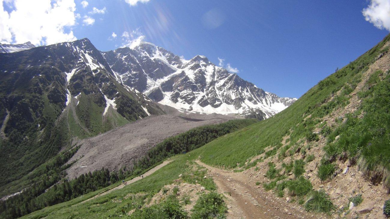 Снежные верхушки гор рядом с дорогой