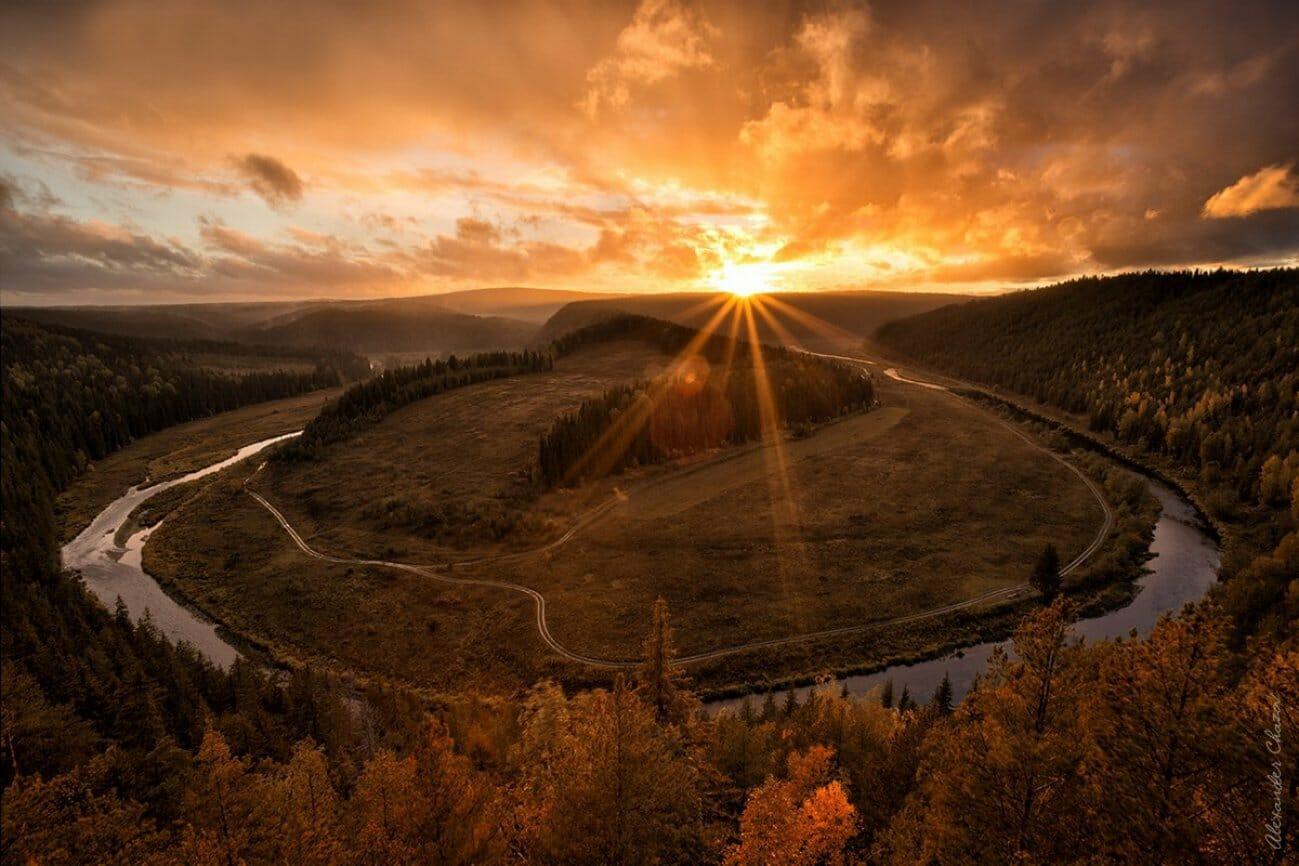 Панорама реки в закате и солнцем