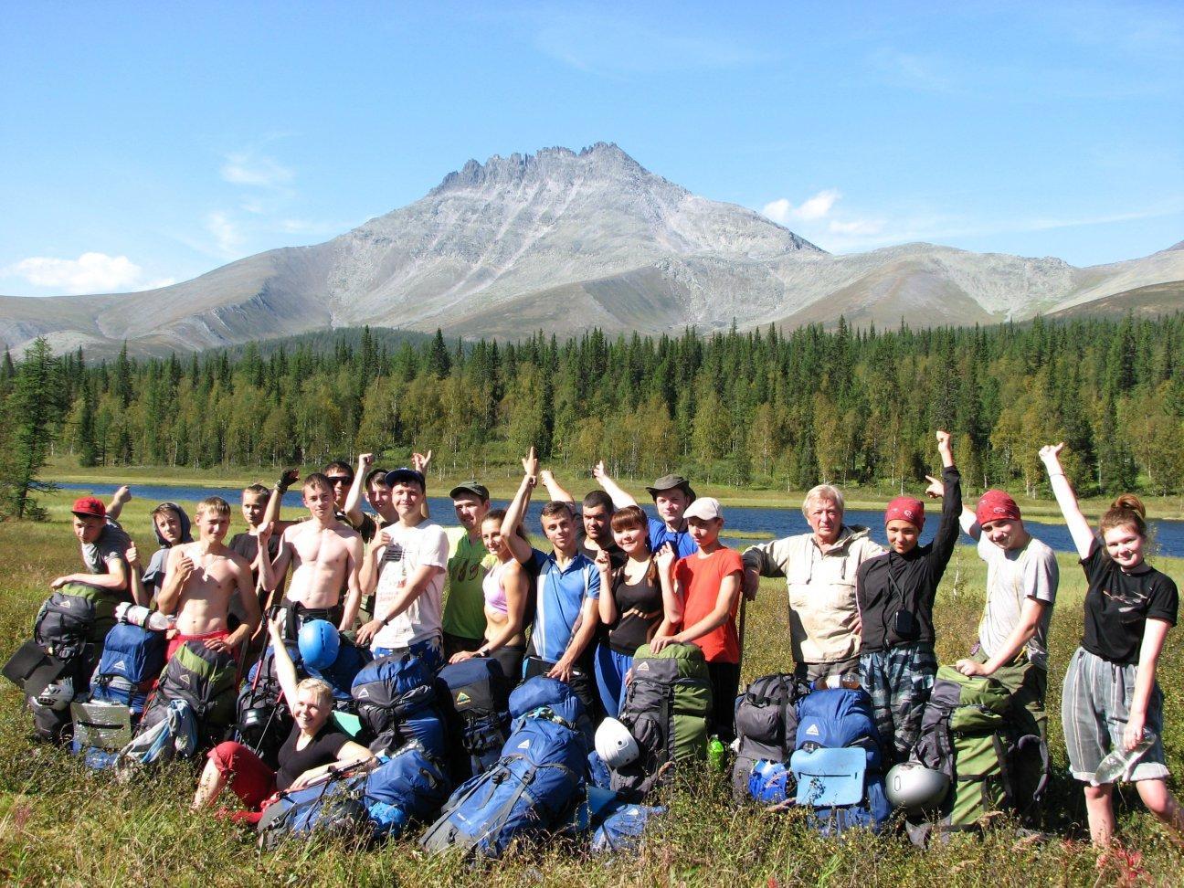 На фоне гор с рюкзаками