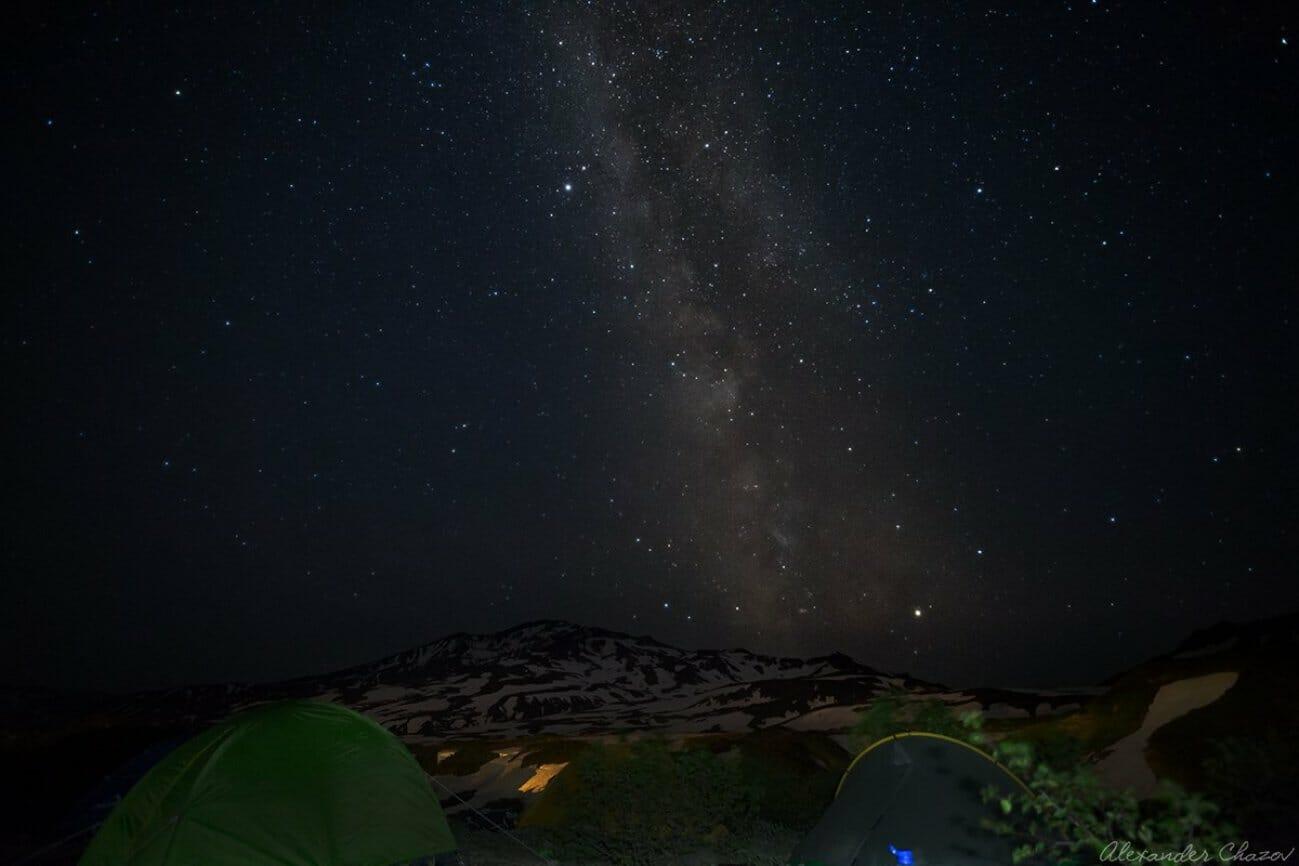 Млечный путь и звезды над палатками в походе