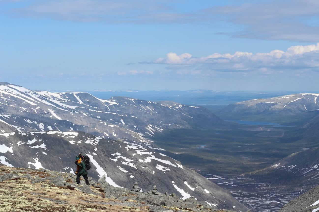 Девушка поднимается в горы