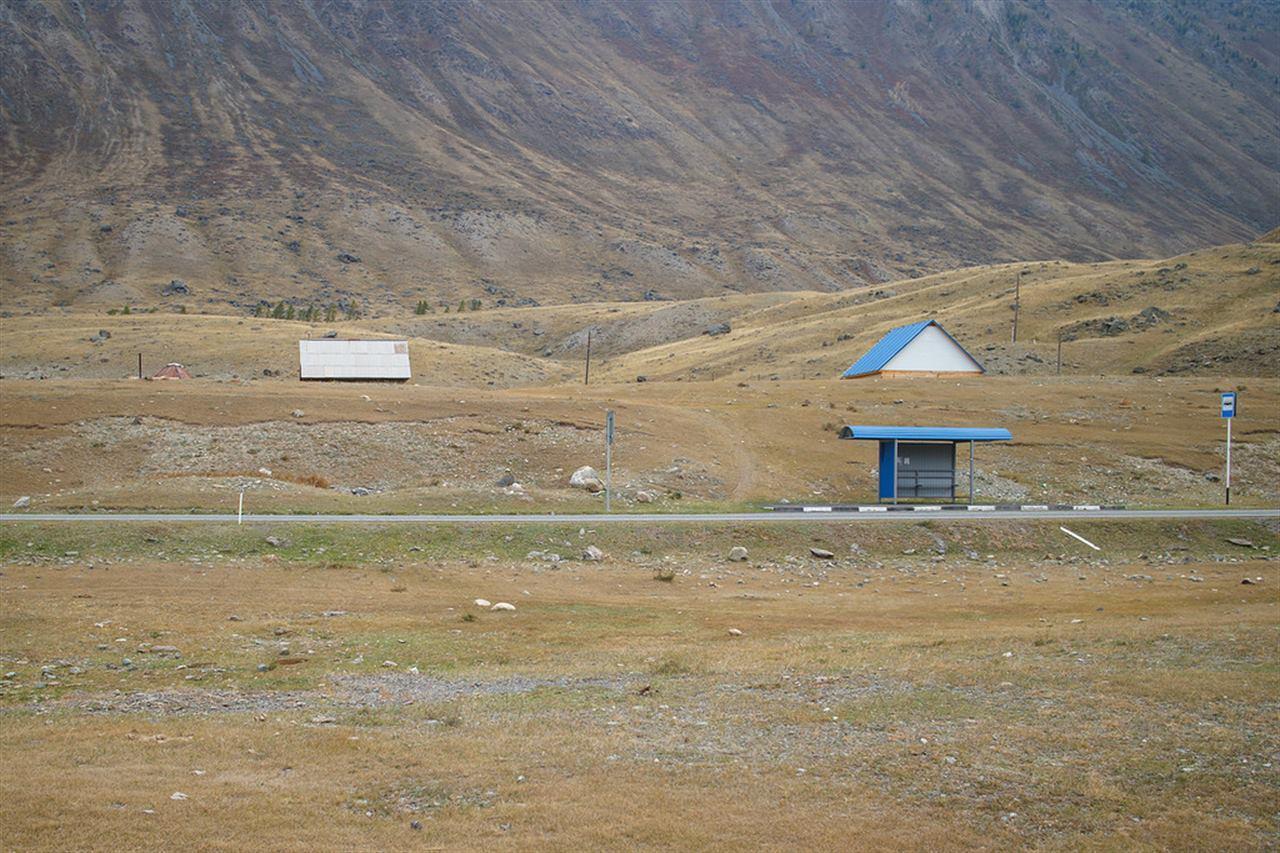 Одинокая остановка на фоне величественных гор на Алтае