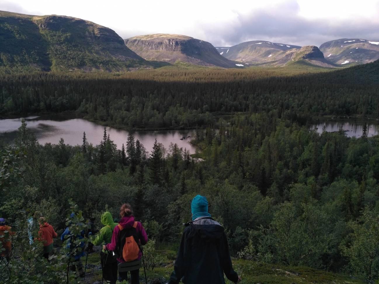 Туристы путешествуют по северу в горах