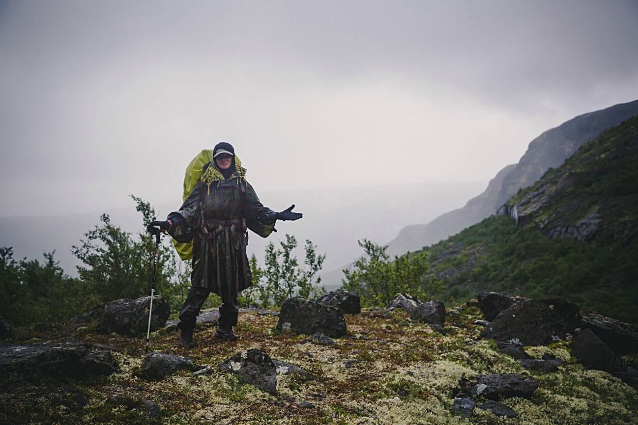 Девушка на горе в походе в дождливую погоду