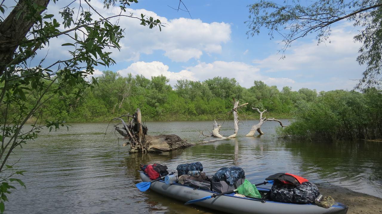 Байдарка с вещами на берегу реки