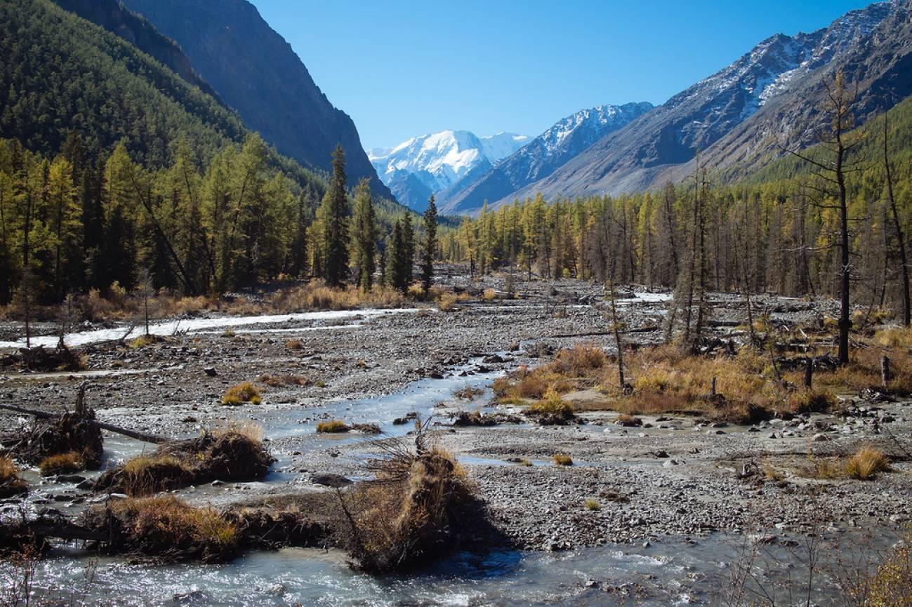 Высокогорный ручей и горное ущелье