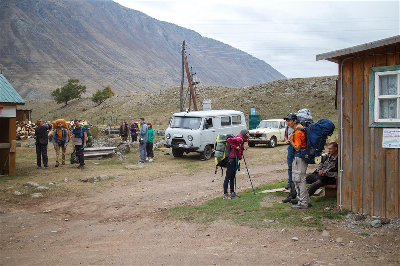 Туристы на турбазе в Горном Алтае