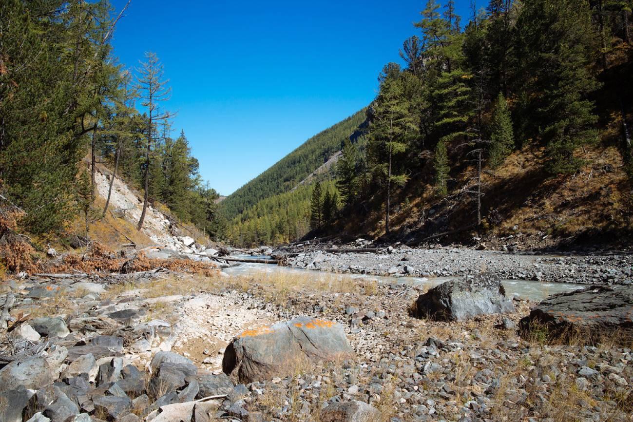 Камни в горах и высохший ручей