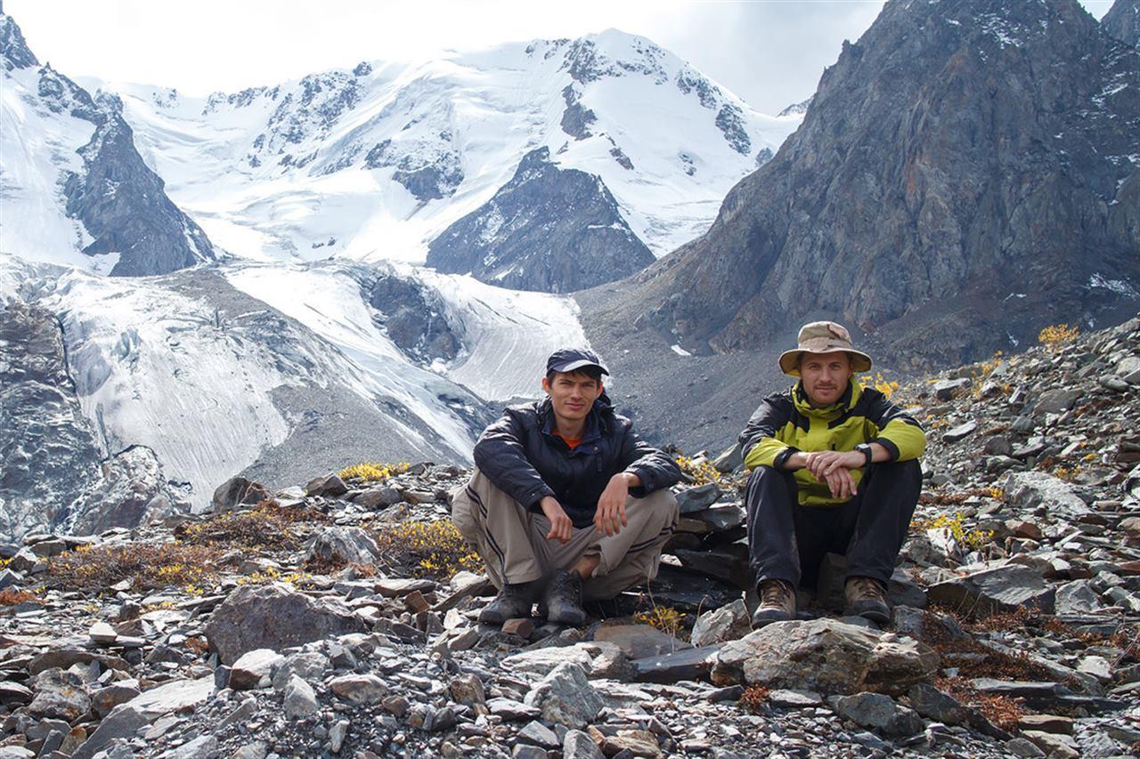 Путешественники отдыхают в горах Алтая