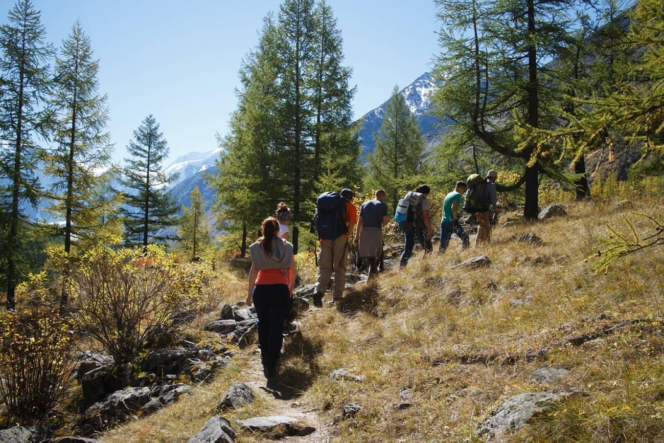 Передвижение туристов по высокогорной тропе