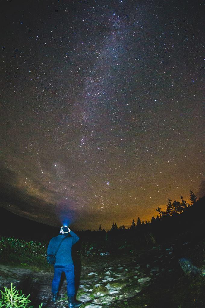 Турист ночью на фоне млечного пути