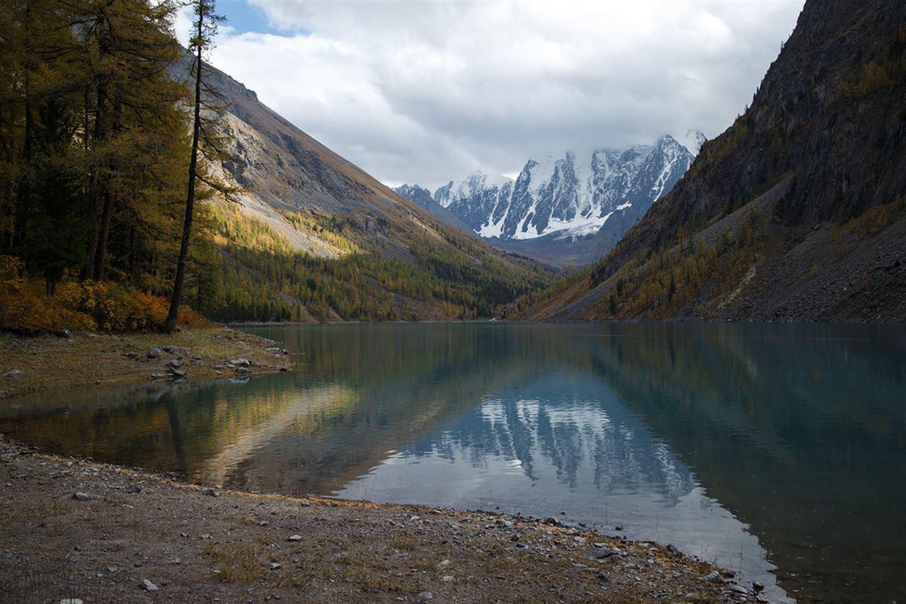 Горы и озера в ущелье Алтая