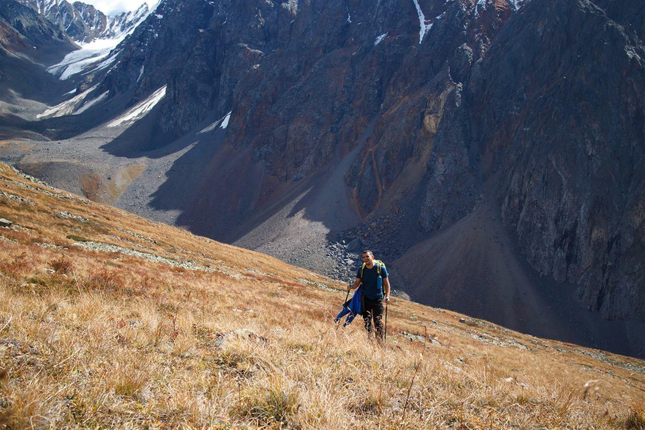 Турист стоит на горе на Алтае