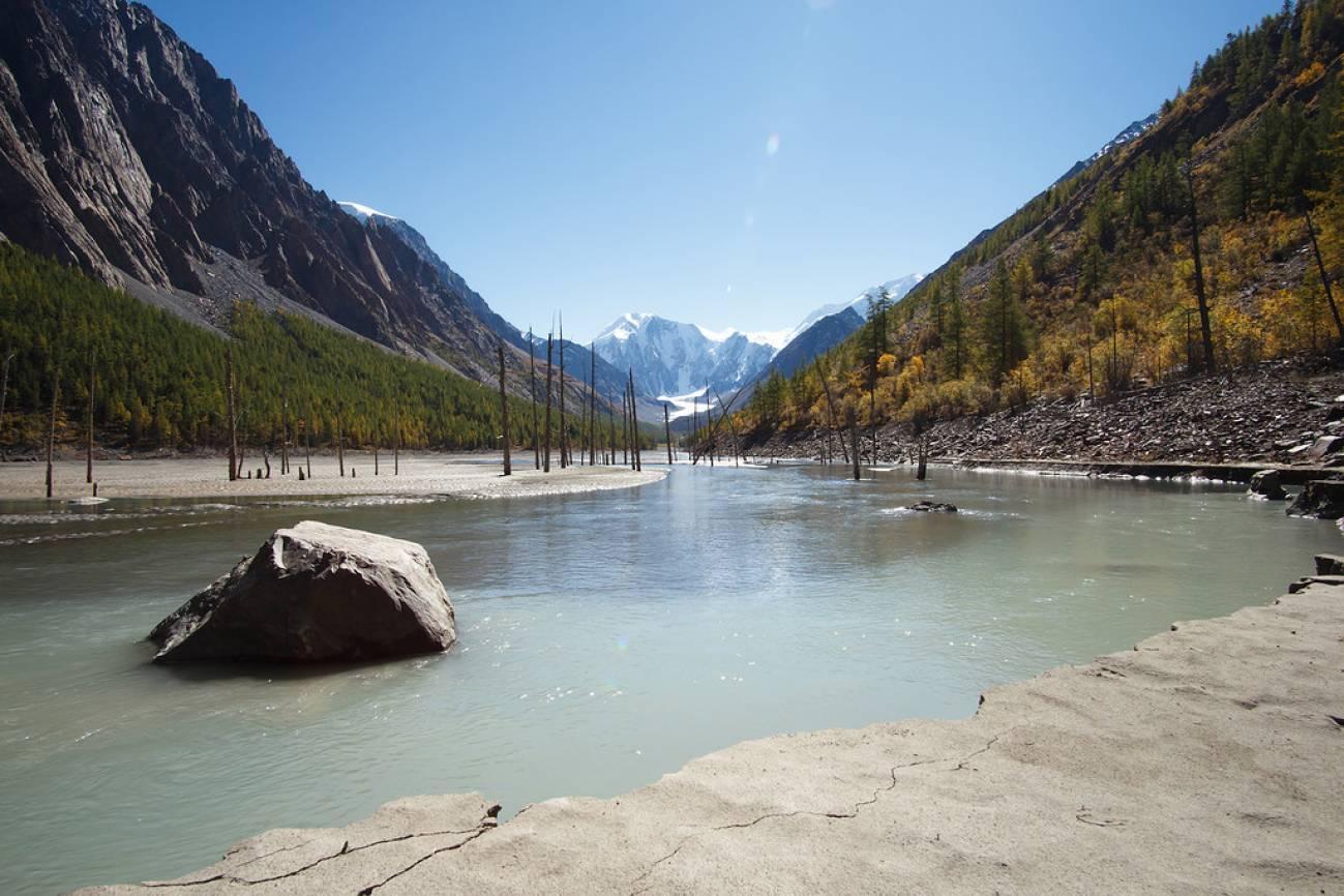 Большой валун в высокогорном озере