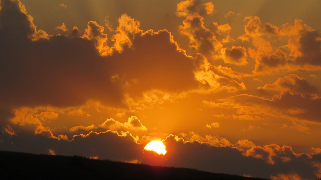Солнечный закат на реке