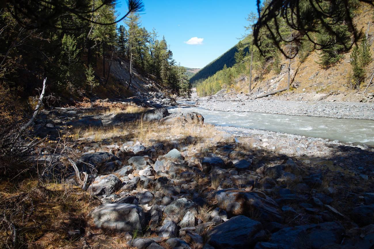 Камни на берегу высокогорной реки