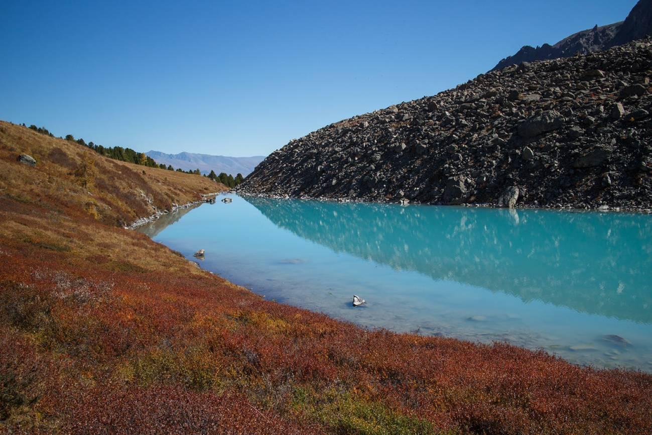 Голубое высокогорное озеро