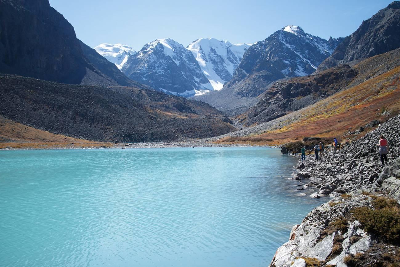Туристы отдыхают у высокогорного озера