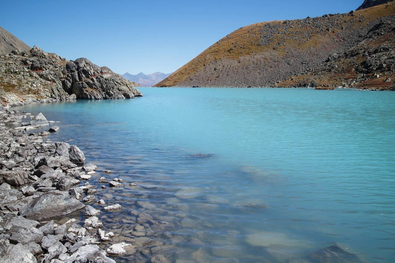 Берег горного озера и небольшие камни