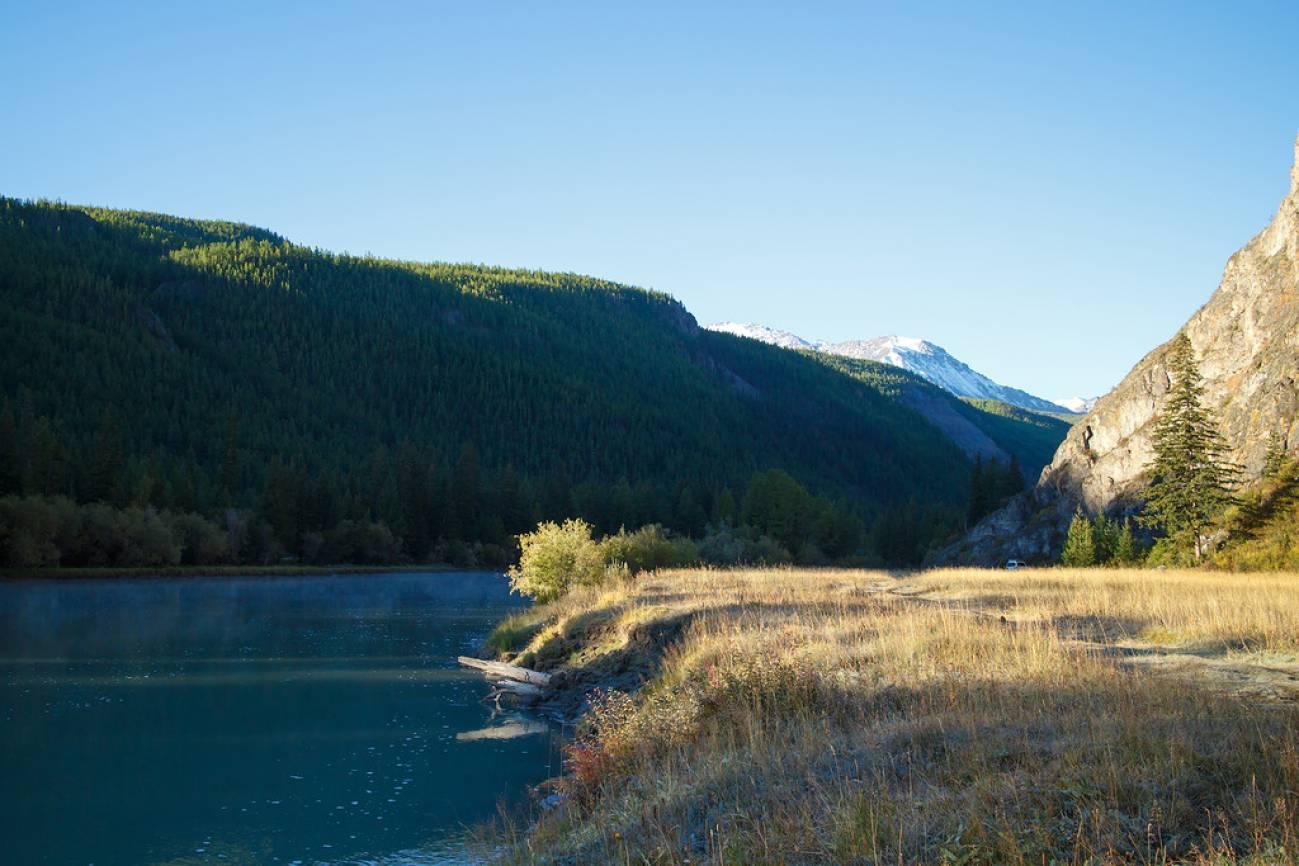 Река на фоне холмов