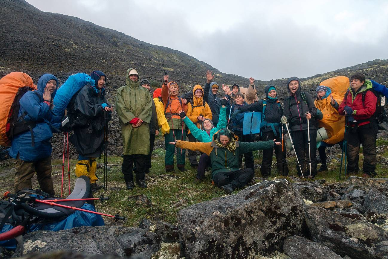 Группа туристов в походе по северу
