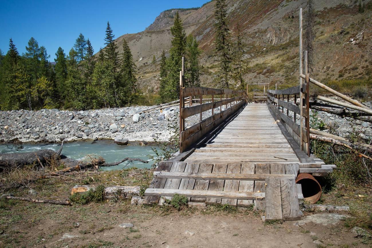 Деревянный мост в походе в горах