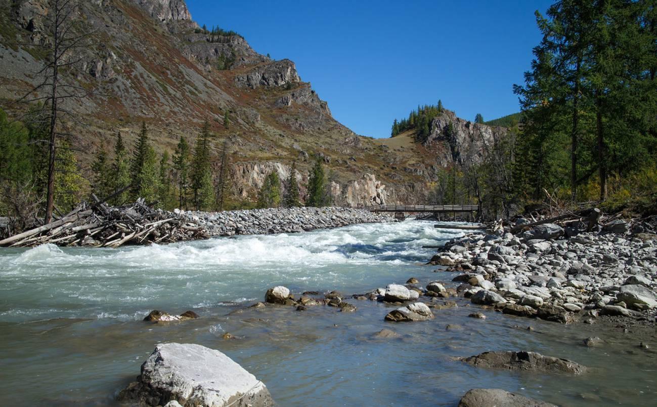 Горная река в ущелье