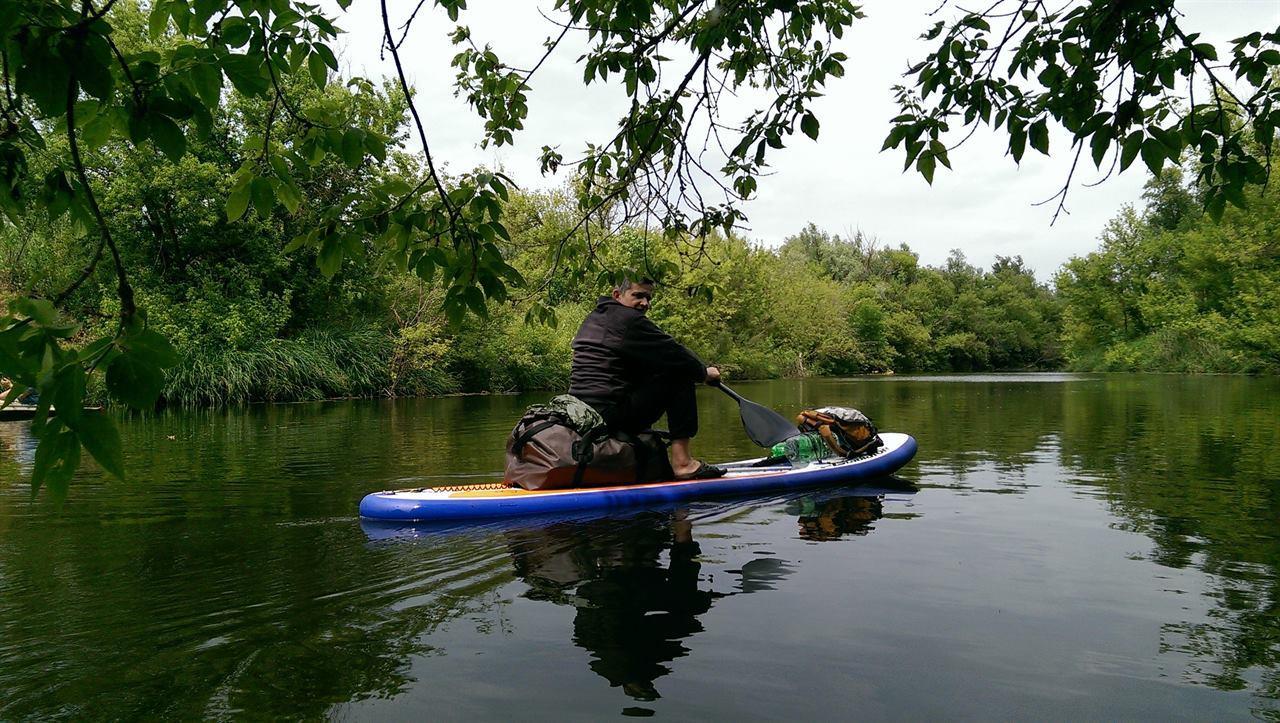 Путешественник в лодке на сплаве по реке
