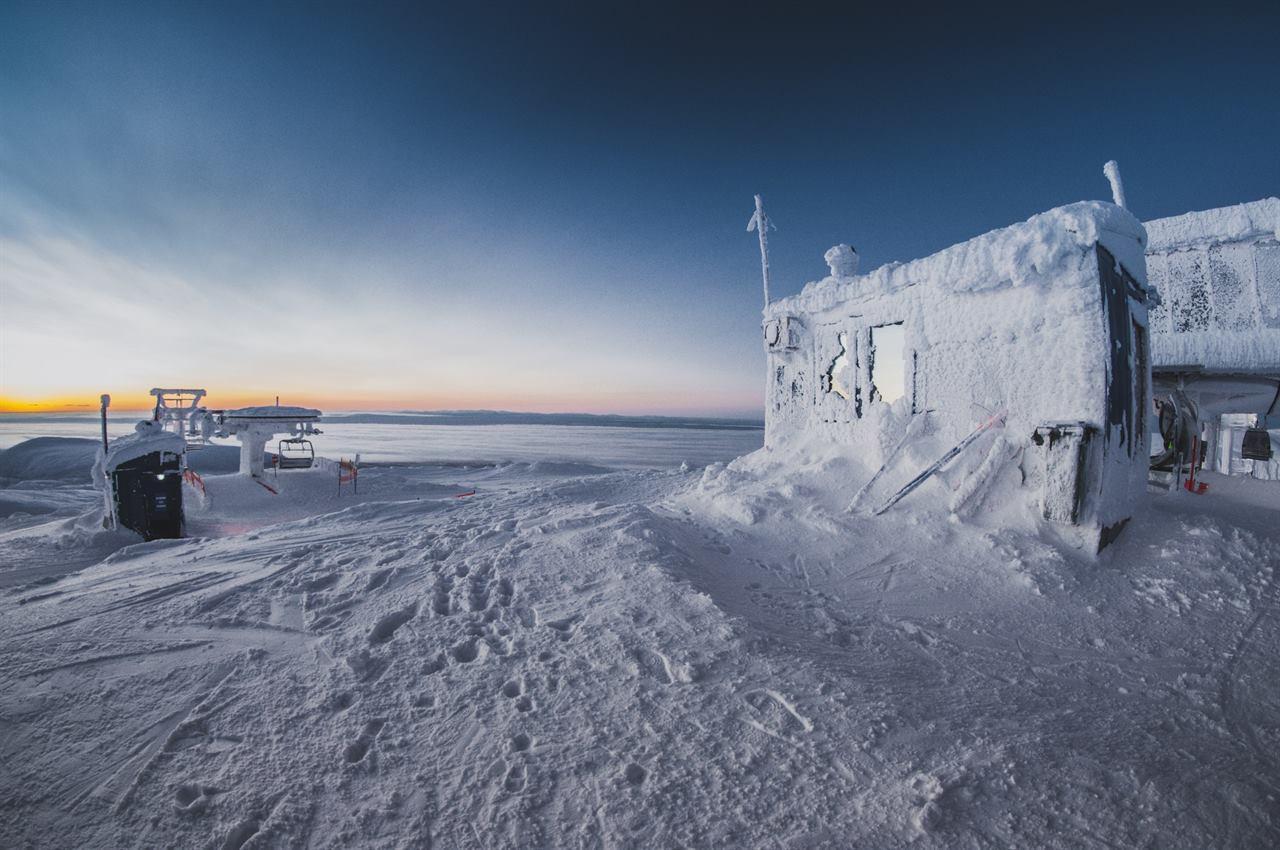 Замороженные под снегом здания