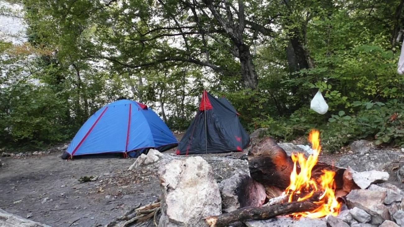 Лесной лагерь путешественницы в турпоходе