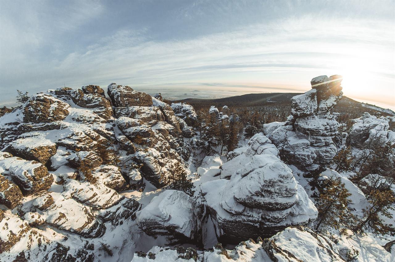 Снежные скалы зимой в горах Урала