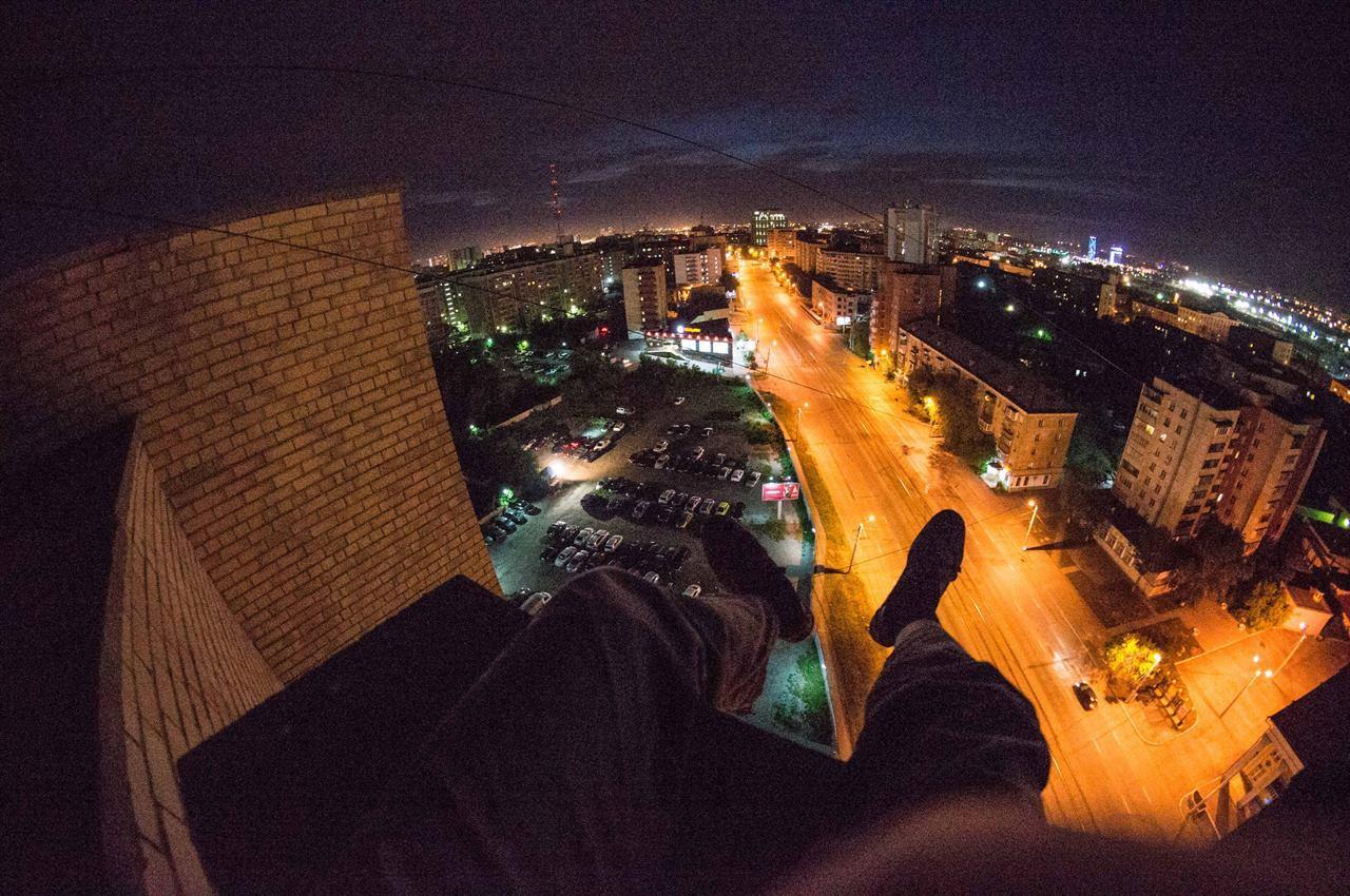 Путешественник на крыше ночью