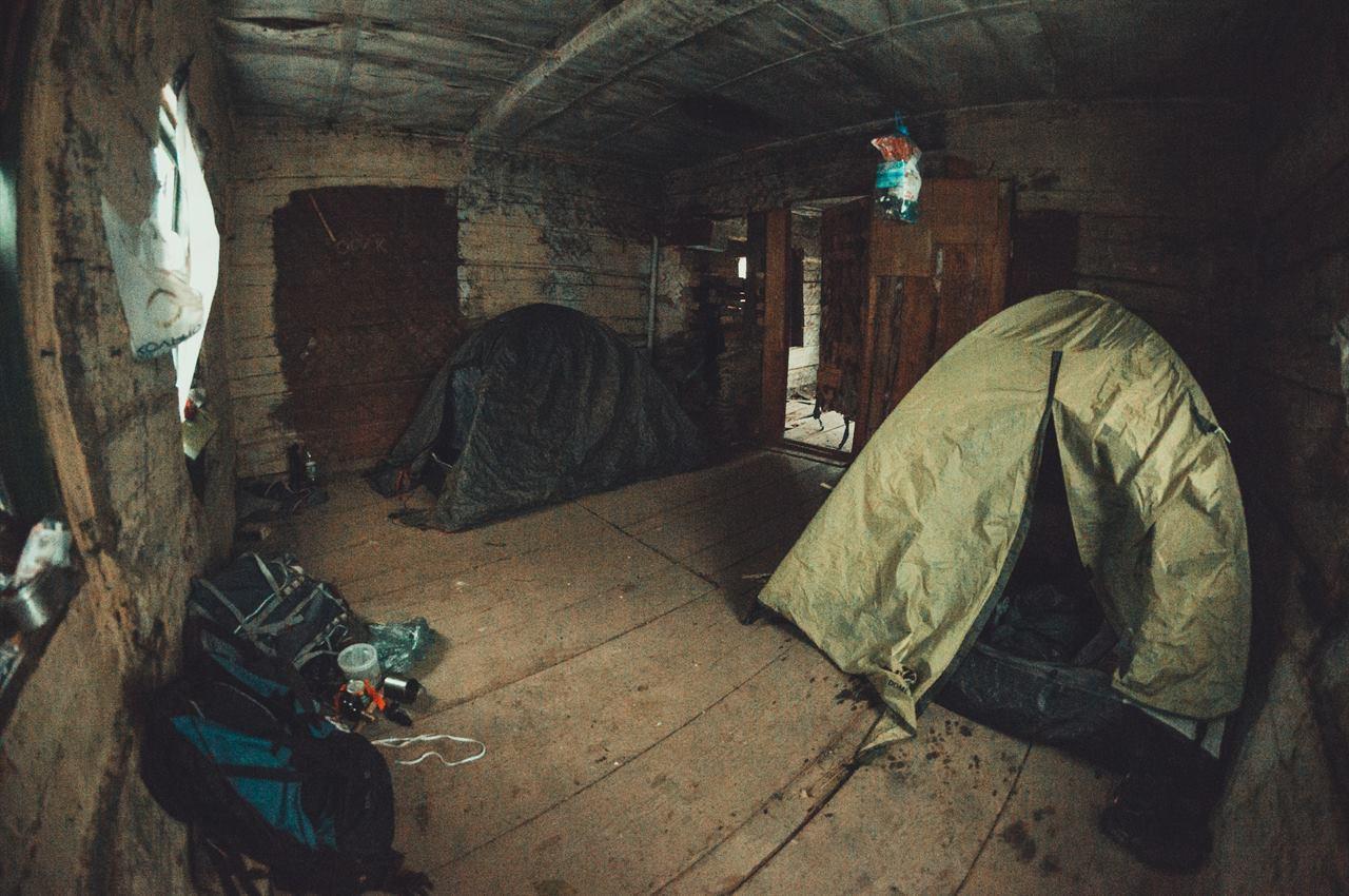 Туристические палатки в заброшенном доме