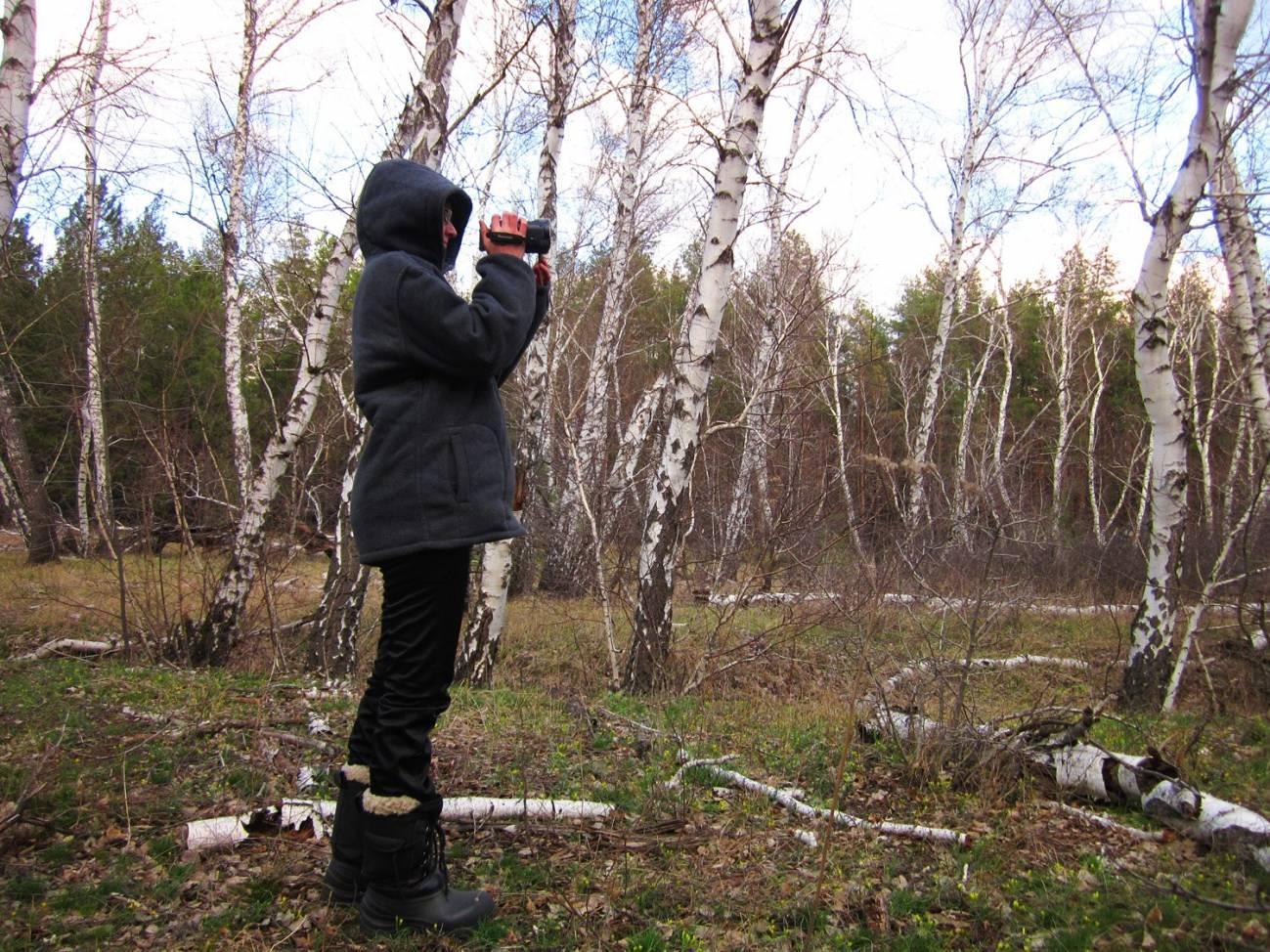 Видеоблогер снимает поход на видеокамеру