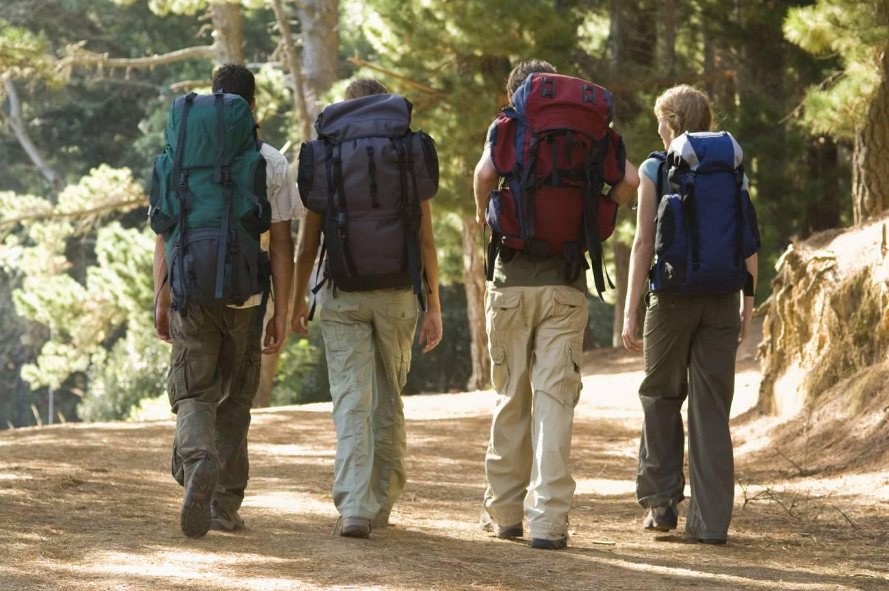 Группа туристов с большими рюкзаками