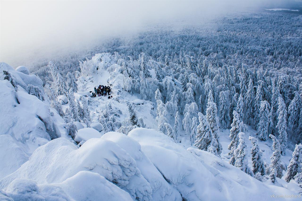 Туристы зимой в лесу на Урале