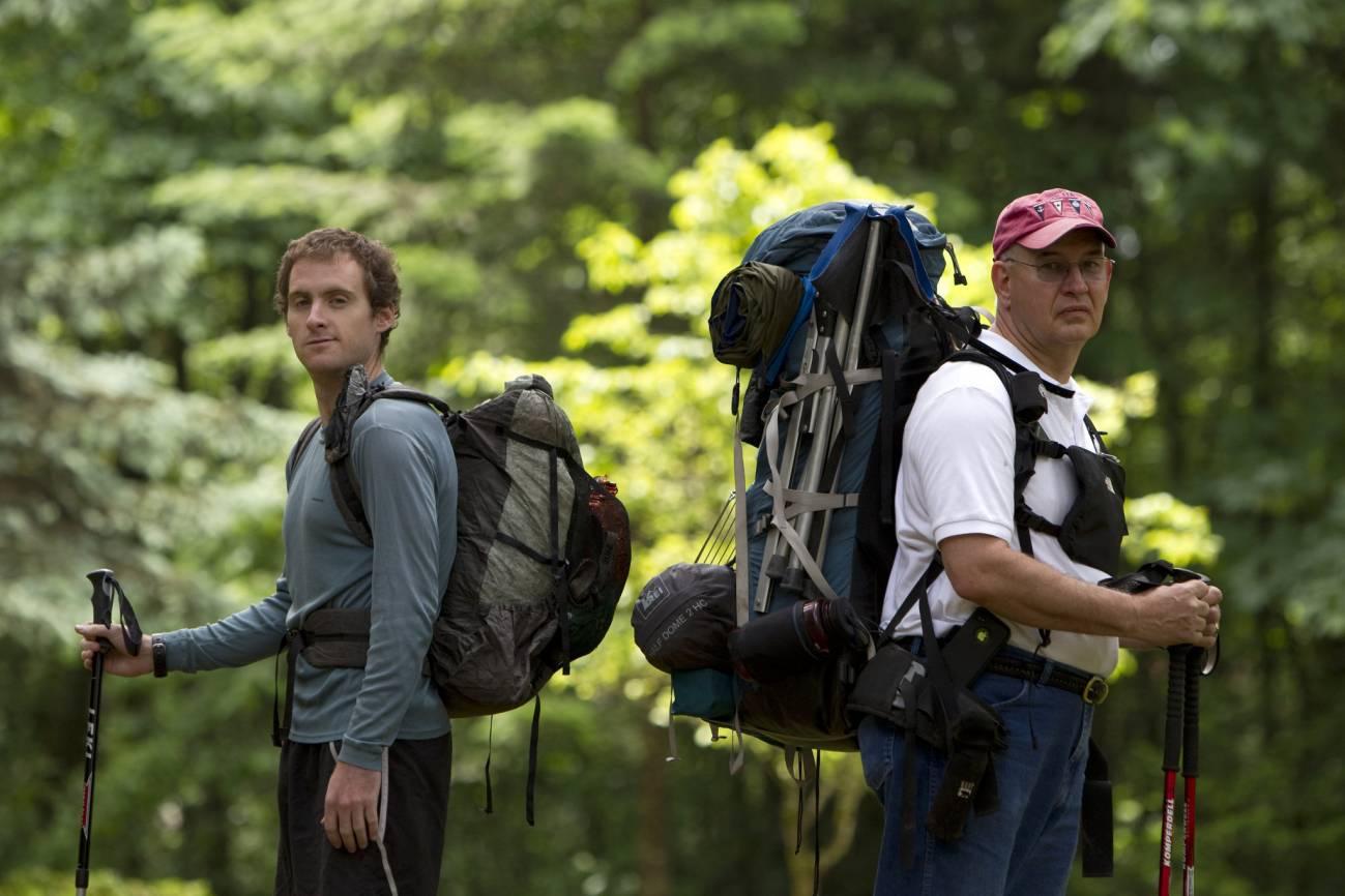 Опытный туристы с большими рюкзаками