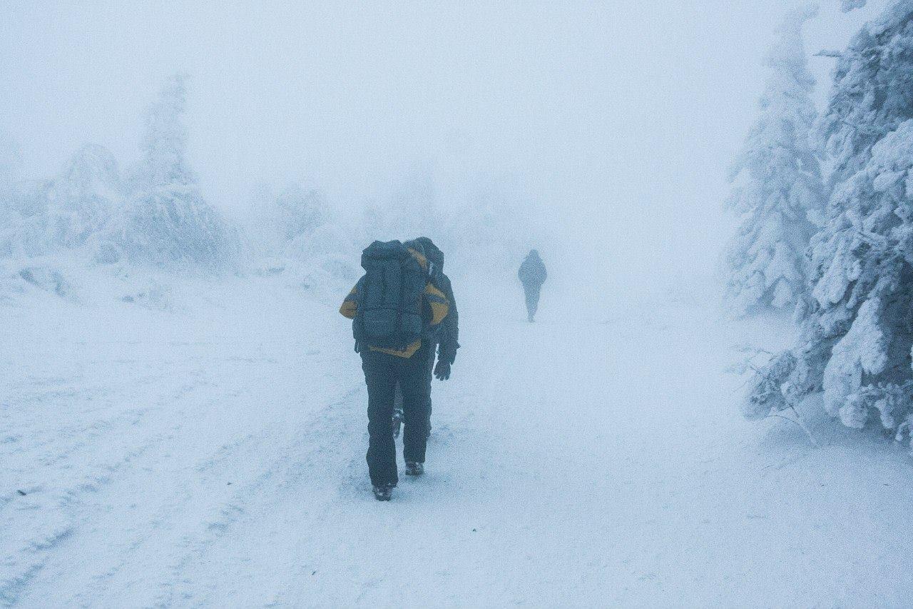 Туристы в зимнем походе в тайге