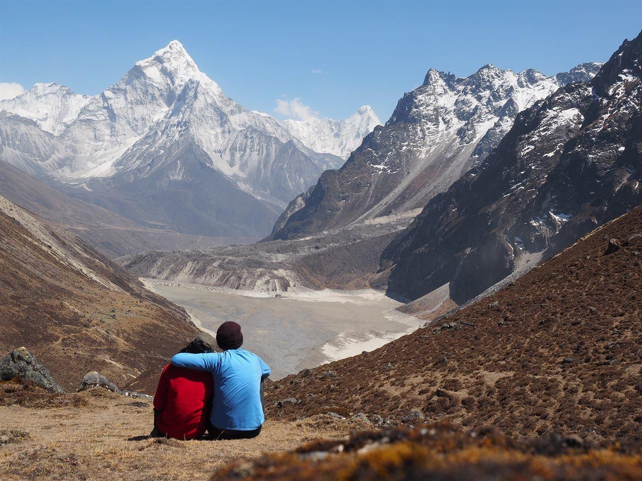 Молодая пара отдыхают в Гималаях