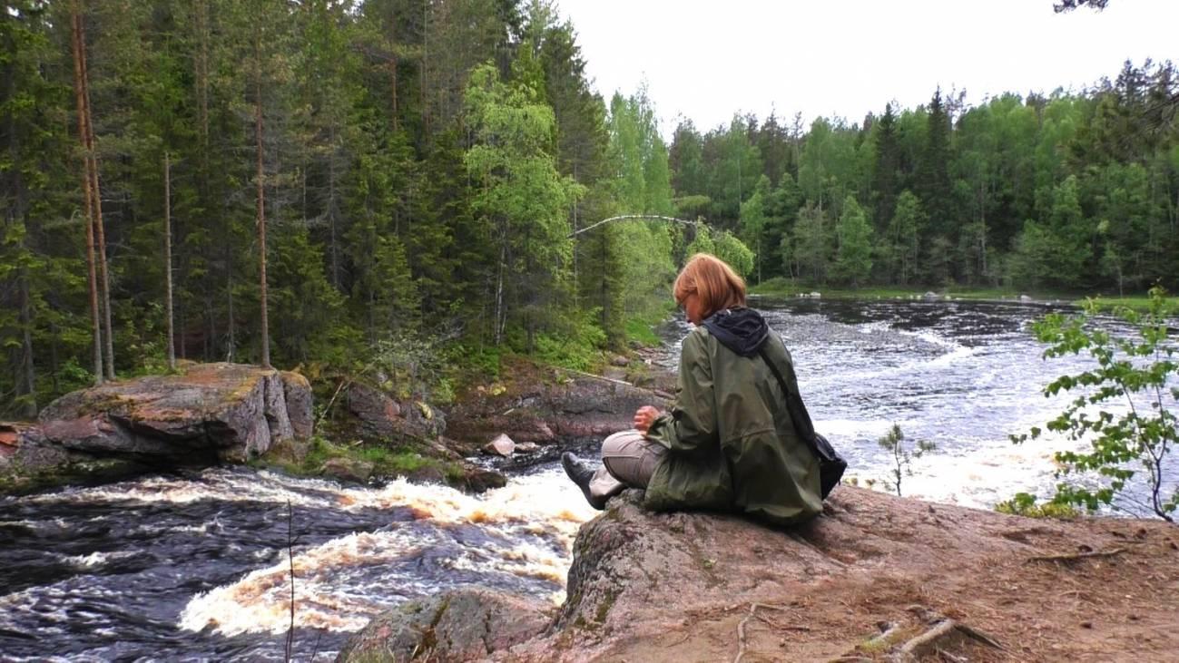 Отдых на маршруте возле реки в походе
