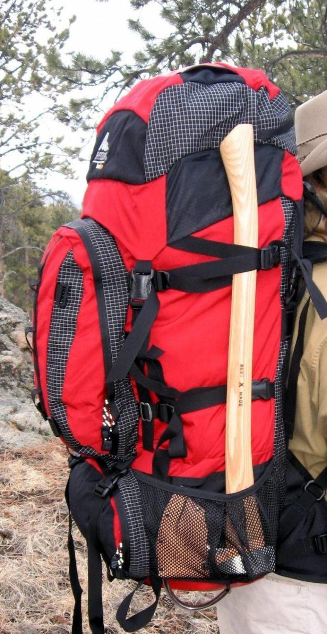 Большой оснащенный рюкзак для путешествий