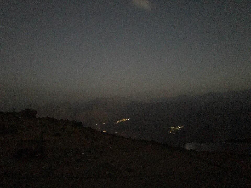 Небольшие поселения в ночи на горе