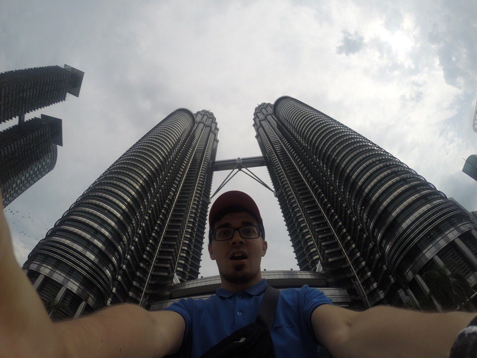 Путешественник на фоне небоскребов-близнецов
