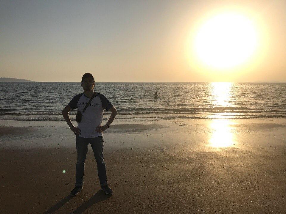 Путешественник на фоне большого солнца