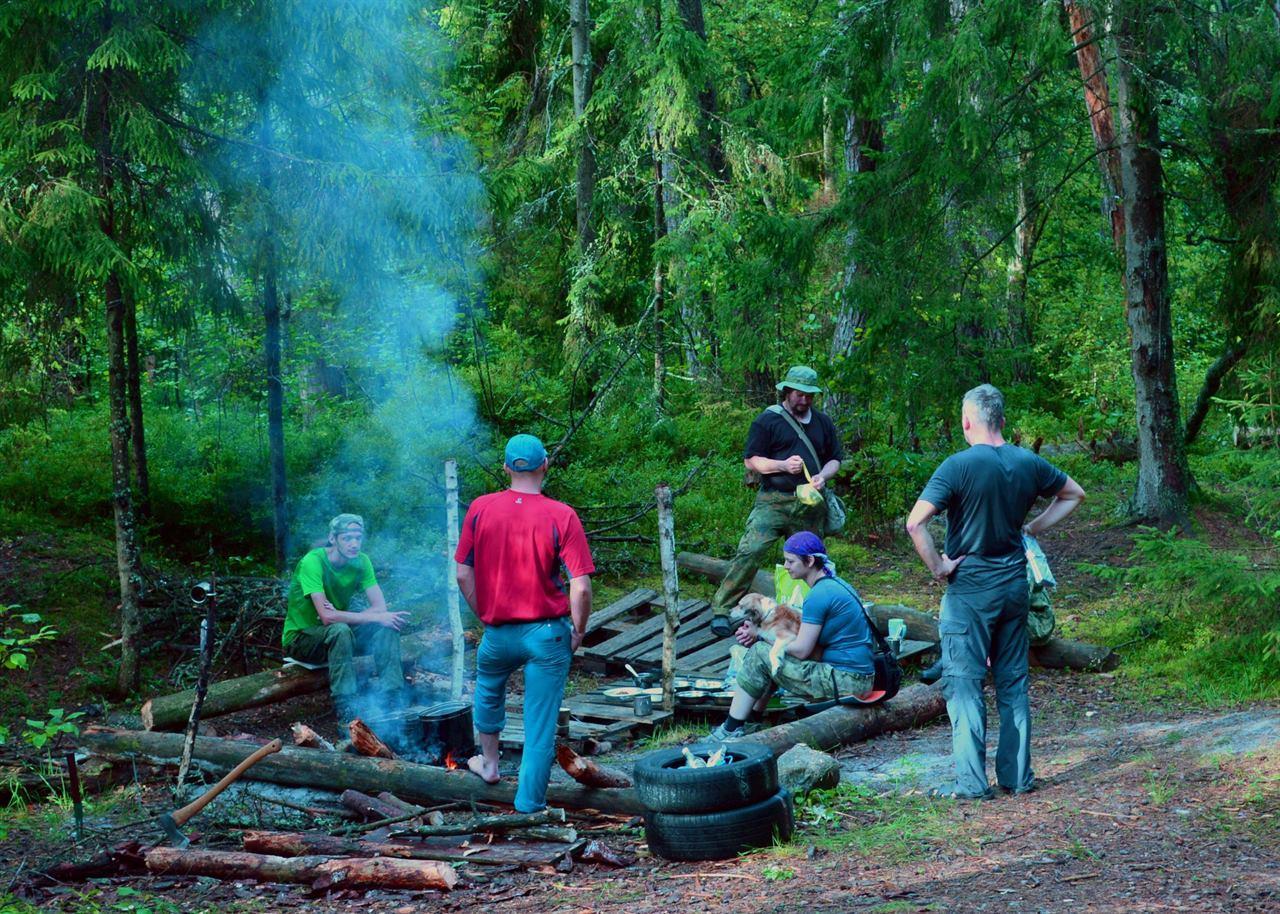 Группа туристов у костра в лагере